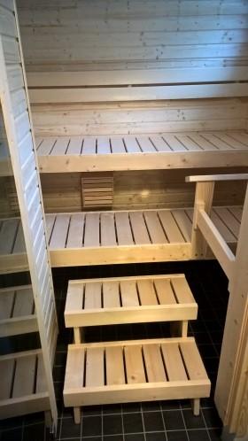Vakio-Hermanni saunan lauteet kaksiaskelmaisella penkillä ja selkänojalla